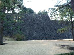 【江戸城】二の丸から本丸の石垣をのぞむ。石垣の手前に白鳥濠がある。