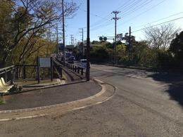 【新井城】街道沿いにある引橋。
