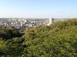 【枡形山城】武蔵野平野を遠望。中央右側の山が飯室山。出城的な役割を果たしていたと推測されている。飯室山の向こうに白いビルがあるが、その左手が多摩水道橋で、多摩川がその下を流れている。方角的には白いビルの右側に筑波山がある。