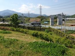 【丸山城】右側に手すりの折れがあるが、そこに虎口があったらしい。左側の高い山が大山。