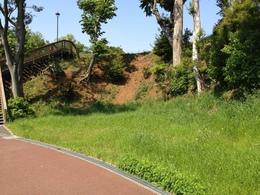 【丸山城】中段から本曲輪を撮影。横矢がかかっている。右側に土塁がある。すぐ後ろが公園で、子供が元気いっぱいに遊んでいた。