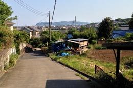 【岡崎城】南方虎口から南を撮影。丘陵が尽きたところに高麗山城があり、その左(東)が平塚。平塚まであと6, 7km程度。