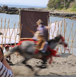 【新井城】笠懸。射手は女性。<br>      馬が疾走する中、的を狙う。