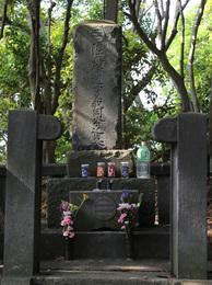 【新井城】三浦道寸の墓石。<br>      「陸奥守道寸義同公之墓」と書いてある。