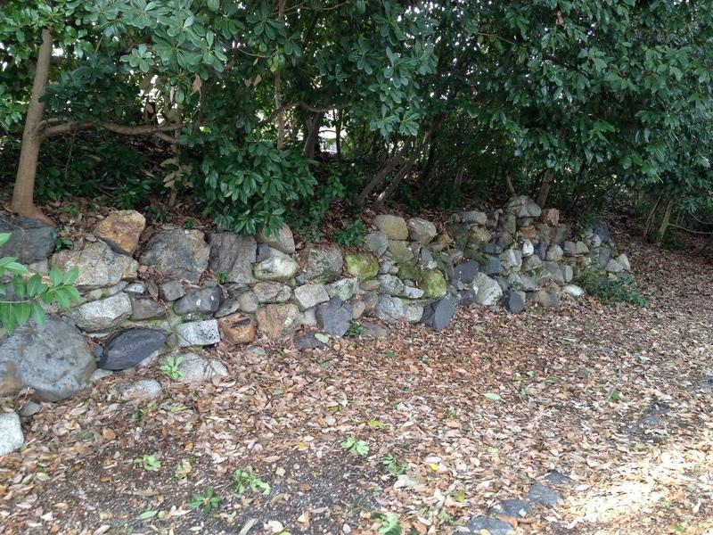 【京都御所】1569年、織田信長が擁立した足利義昭の御所として建てた二条御所(旧二条城)の石垣。烏丸線建設時に発掘された石垣を復元したとのこと。