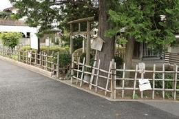【近藤勇生家跡】近藤勇生家跡。 近藤勇は、天保5年(1834年)に武蔵の多摩で生まれた。  調布飛行場のすぐ北で、人見街道沿いにある。写真の手前が近藤神社、その奥に近藤勇産湯の井戸がある。