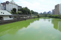 【江戸城】市ヶ谷の外堀。<br>      左がJR市ヶ谷駅。中央線の一部は、江戸城の外堀沿いを走っている。