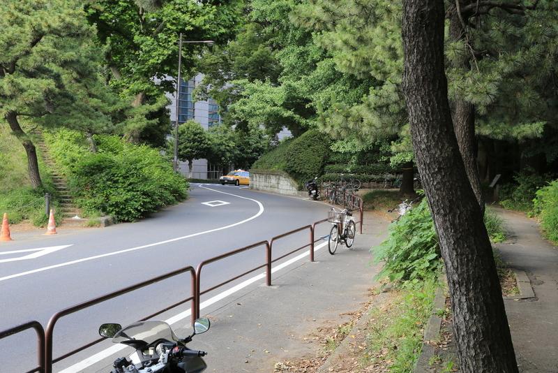【江戸城】喰違見附(門)の外から撮影。わりと雰囲気は出ていると思う。<br>      案内板をみると、右側の自転車が置いてある辺りのところまで抉っていたようだ。むろん、外から中は見えないようになっていた。そのままでは車が通れなかったはず。