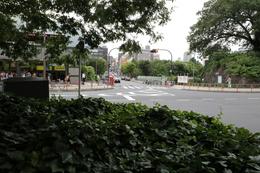 【江戸城】左手の四ツ谷駅に石垣があり、右手の石垣との間に高麗門があった。真ん中の通りが四谷見附橋で、甲州街道に続いている。<br><br>      撮影ポイントが枡形門内の東端。