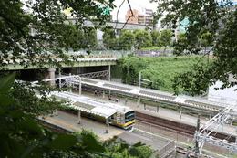 【江戸城】四谷見附上の遊歩道から四ツ谷駅ホームと四谷見附橋方面を撮影。かつての堀の底を電車が走っているのがよく分かる。