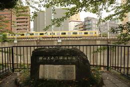【江戸城】城で重要なのが水である。人は水なしには3日もたないという。<br><br>      18世紀には江戸の人工は百万人とも言われており、世界でも屈指の大都市だった。2年前、我々も水で苦労したわけだが、水がないと人は戦えないし、住めない。<br>      そこで整備した上水の1つが、この神田上水で、この辺から懸樋という木製の水路を、外堀に架け、外堀の内側(神田・日本橋方面)に水を供給していた。<br><br>      なお、ここから北側に東京水道博物館 http://www.suidorekishi.jp/ というのがあり、いろいろと東京の水道の歴史が分かるらしい(まあ、そのままだが)。<br>      この日、行きたかったが、大航海時代の簡略マップを書いている内に、機を逸してしまった。いつか、行ってみたい。