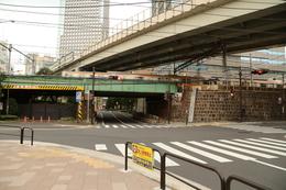 【江戸城】ありふれた風景だが、高架の位置に、かつての小石川見附があった。右側の橋脚が桝形の一部とのこと。<br>      このすぐ北が神田川で、神田川を渡ると、水戸藩小石川上屋敷がある。この屋敷は神田上水の確保、小石川見附の防衛を担っていたのだろう。<br><br>      そういえば、新橋の幸橋御門も、JRの高架の一部として使われていた。