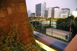 【江戸城】左の石垣が牛込見附で、右手の低地が外堀。牛込橋を渡ると、神楽坂。<br>      牛込見附は外堀側の石垣が残っている。<br><br>      電車が光の帯のようになっている。