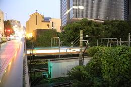 【江戸城】教会の下が、牛込見附の西側石垣。<br>      電車が走っているエリアが外堀。<br><br>      人力で作った構築物として、牛込見附は確かに偉大だが、右側にビルと並べると、質量の違いは明らか。これが幕府を、日本を開国させた近代の力なのだろう。