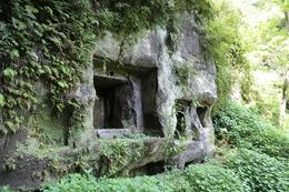 【鎌倉城】北条氏常盤亭跡のやぐら。歩ける範囲で、谷戸の一番奥にあった。<br>      谷を利用した鎌倉の屋敷によくある形態をしていた。