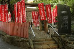 【鎌倉城】宇都宮辻子幕府跡。<br><br>      3代将軍の源実朝が暗殺され、源氏将軍が滅び、さらに北条政子が死去すると、鎌倉幕府の所在地は、大倉から若宮大路方面に移った。<br>      1225年、北条泰時は、摂関家から九条頼経を迎え、若宮大路二の鳥居近くの宇都宮辻子御所に据えた。