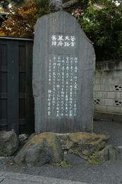 【鎌倉城】1236年、鎌倉幕府は、宇都宮辻子御所からすぐ北側の若宮大路御所に移転した。<br>      以降、1333年に鎌倉幕府が滅亡するまで、鎌倉幕府の所在地はこの辺りだった。