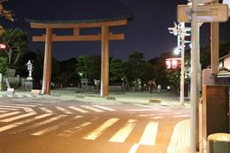 【鎌倉城】夜の鶴岡八幡宮。<br>      この日は、時間切れで、鶴岡八幡宮は訪問できなかったので、鳥居のみ撮影。