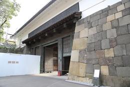 <p>【江戸城】田安門の高麗門を抜け、渡櫓門に。<br> 工事中なのが分かる。<br> 改修が完了したら、もう一度来て、afterの写真を撮るとしよう。<br><br> *翌年4月に来たら、改修は終わっていた</p>