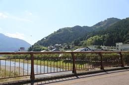 【竹田城】円山川を西に渡る。右手の山が古城山(竹田城)。