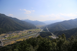【竹田城】南千畳から南側を撮影。<br><br>      円山川が見える(円山川は北流している)。<br>      左側が朝来山で、西側の麓には竹田城の撮影ポイントの立雲峡がある。立雲峡はこの写真に入っていない。