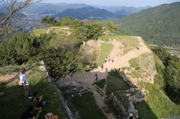 【竹田城】本丸から二の丸(中央右側の大きな曲輪)、三の丸(二の丸北西)、北千畳(一番北西の曲輪)が見える。