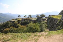 【竹田城】二の丸から、南二の丸(右)と南千畳(左)を撮影。<br>      この角度もなかなかいい。