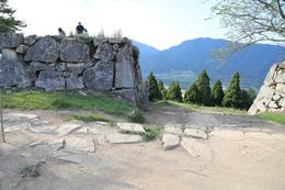 【竹田城】二の丸から、三の丸にある「武の門」。<br>      写真中央に、「武の門」の標柱が立っている。<br><br>      本丸周辺を中心に、瓦の破片が多数転がっていた。<br>      ということは、瓦を使った建築物がここに建っていただろうか。