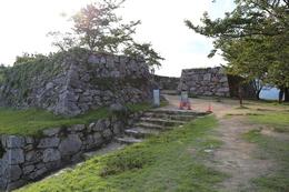 <p>【竹田城】北千畳から大手門を撮影。<br><br> 現在(2013年9月)、大手門方面からの道が改修中のため、大手門方面からは登城できない。ご注意を。</p>