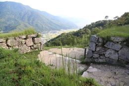 【竹田城】北千畳から南東方面に大手門を撮影。<br><br>      正面の山が朝来山。<br>      朝来山の北西中腹に立雲峡という撮影ポイントがある。竹田城からは東に当たるので、早朝の撮影ポイントとのこと。
