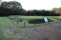 【大塚遺跡】大塚遺跡の東に80mほどの所にある、歳勝土(さいかちど)遺跡。<br><br>      歳勝土遺跡は、方形周溝墓の遺跡。方形周溝墓とは、名前の通り、四角い墳墓で、墳墓の周りに溝が掘られている。歳勝土遺跡では、方形周溝墓が5基復元されている。実際の本物の方形周溝墓は、復元された方形周溝墓の下にある。