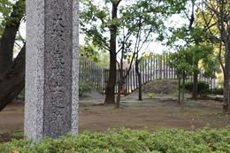 【大塚遺跡】大塚・歳勝土遺跡の石碑。<br><br>      背景の木柵が、大塚遺跡の外周で、写真の右端から入るのだが(入場料は無料)、写真中央の凹んだところに木橋が復元されている。