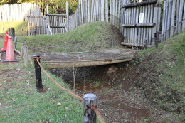 【大塚遺跡】復元木橋。<br><br>      歳勝土遺跡に通じる木橋。やや防御に不安を感じる。<br>      まあ、堀の幅約4m、深さ約2mと書いてあったので、実際にはもっと堅牢だったのかもしれない。