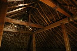 【大塚遺跡】竪穴住居の内部。<br><br>      縦の骨組み(垂木、たるき)を構築して、横(桟、えりつ)で補強。そして、下からカヤで葺き上げて作るらしい。