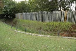 【大塚遺跡】土塁と堀。<br><br>      戦国時代の土塁は、堀の土を内部に掻き上げて作るが、大塚遺跡では、外側に掻き上げたようだ。なぜこういう構造にしたのか分からないが、当時の状況では何らかの合理性があったのかもしれない。<br><br>      なお、ここ(大塚遺跡の北側)が集落防衛の正面だったようで、ここからさらにもう一重の堀が発掘されている。