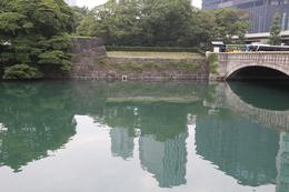 【江戸城】浜離宮の大手門。<br>      右の橋が大手門橋で、この橋を渡ると、枡形虎口がある。<br><br>      江戸時代、浜離宮は浜御殿といい、徳川将軍家の庭園であると同時に、江戸城の海に面した出城の役割も果たしていた。