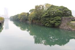 【江戸城】浜離宮の南東方向の堀を撮影。堀は築地川。<br>      写真左上に水上バスの発着場があり、小さく船が写っている。<br><br>      1867年、火災に遭った海軍所(軍艦操練所の後身)が、浜離宮に移転した。ということは、咸臨丸などの幕府艦船もあの辺りに繋留されていただろうか。