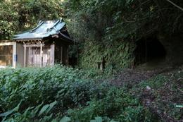 【住吉城】左が住吉神社で、中央に祠があり、右手に隧道がある。<br>