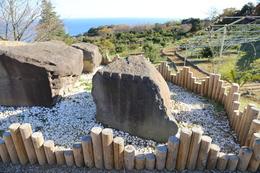 【石垣山一夜城】石垣山一夜城の近くに、江戸城築城時(17世紀前半)に使用された石切り場がある(早川石丁場群関白沢支群)が、その一部が石垣山一夜城の南側の駐車場に置いてある。<br><br>      石を割るには、「矢穴」というクサビを打ち込むが、その跡が明確に見て取れる。<br><br>      昨年も石垣山一夜城を訪問したが、その時は箱根湯本の早雲寺方面から早川を渡って、一夜城に登った。その経路には、関東では珍しい巨石がゴロゴロしており、また、何らかの理由で放置された石垣が道路脇にあったりした。<br><br>      ・早川石丁場群に関するPDF<br>      http://kaf.or.jp/wordpress/wp-content/uploads/2012/02/zurokulight.pdf