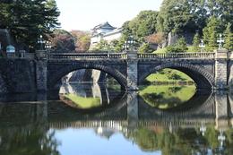 <p>【江戸城】水面の映る皇居の二重橋と伏見櫓。 外国人の団体さんがここの後ろでよく集合写真を撮っている。</p>