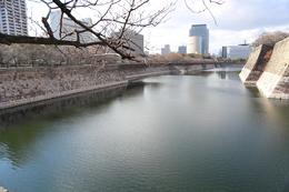 【大阪城】南外堀の東側から西側を撮影。<br>      最大堀幅は約75m。<br>      大坂城は南側が台地続きなので、そのように大規模な濠が作られた。<br><br>      南外堀には7つの櫓があったが、明治維新の時(1868年)に、四番、五番、七番櫓が焼失し、先の大戦(1945年)で二番、三番櫓が焼失した。