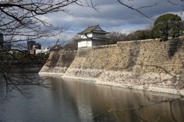 【大阪城】中央の櫓が南外堀の六番櫓。<br><br>      六番櫓の左奥の折れに、七番櫓があった。<br>      七番櫓は明治維新時(1868年)に焼失した。
