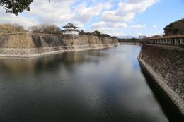【大阪城】南外堀の西側から東側を撮影。<br>      中央やや左上の櫓が六番櫓。<br><br>      江戸時代、ここに二番櫓から七番櫓がズラッと並んでいた。<br><br>      最大堀幅は約75m。