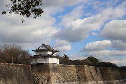 【大阪城】南外堀の六番櫓と右上上空を通る飛行機。<br>      大坂城見学中に、何度も上空を飛行機が音を立てて飛んでいった。<br>      江戸城見学時にはない光景。