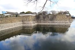 【大阪城】左が大手門、右端に六番櫓が見える。<br>      六番櫓手前の折れ部分に、かつては七番櫓があった。<br>      七番櫓があると、やはり、防御力がアップしそう。