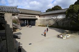 【大阪城】大手口枡形櫓門(左側の櫓)と続櫓。<br>      日本最大級の枡形というだけあって、広い。<br><br>      高麗門の雁木上から撮影している。左側に高麗門の土塀を支える石控柱(いしひかえばしら)が部分的に写っている。