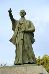 東京都墨田区役所にある勝海舟像。<br><br>墨田区役所前にある、壮年期の勝海舟像。<br>指し示す先には、東京湾があり、その先は太平洋である。