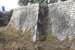 【大阪城】二の丸から本丸に入る桜門の西側にある石垣。<br>      投げやりな程大きい角石。