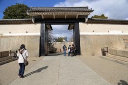 【大阪城】本丸入り口の桜門。<br><br>      左右に鏡石が据えられている。右が龍石。左が虎石。<br>      奥の巨石が蛸石で、大坂城最大を誇る。