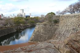 【大阪城】中央に一段下がった曲輪がある。<br>      これが隠し曲輪で、本丸の西側にある。<br><br>      本丸に迫った敵兵を、隠し曲輪に伏せておいた兵で襲うという。<br>      本丸天守落城まで戦い抜くという日本の城の縄張り思想をよく体現していると思う。
